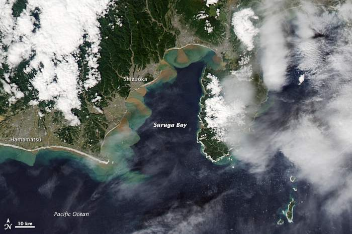 escorrentía en la costa de Japón tras el tifón Phanfone