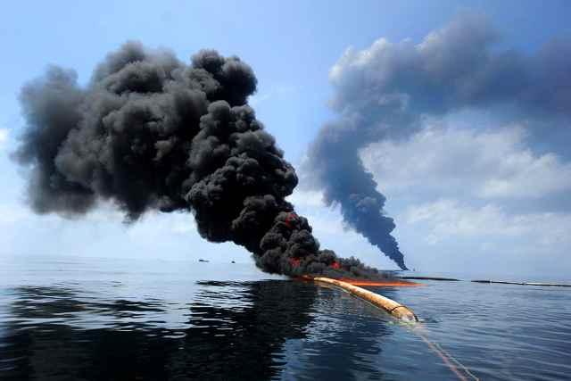 quema de petróleo tras el derrame del Golfo de México