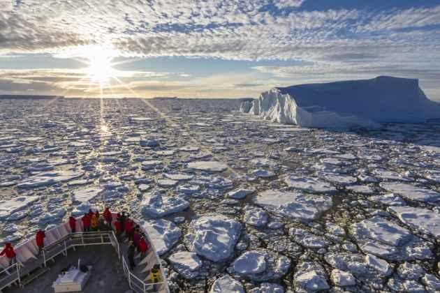 un buque en aguas de la Antártida