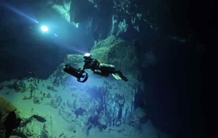 buzo en una cueva submarina de Madagascar