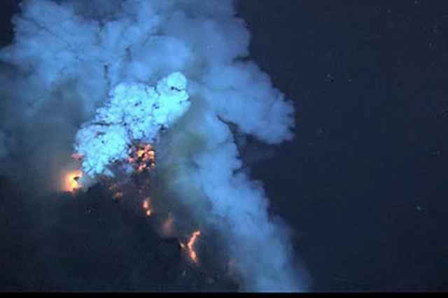 erupción volcánica submarina