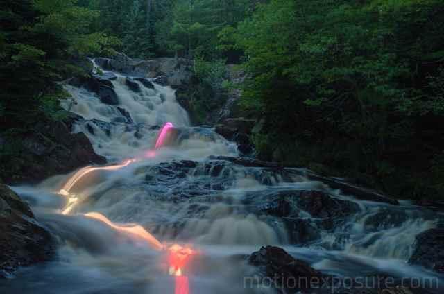 fotografía de larga exposición con LEDs de la corrientre de un río