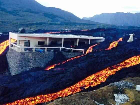 la lava rodea una vivienda en Fogo
