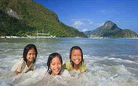 niñas en una playa de El Nido, Plawan - Filipinas