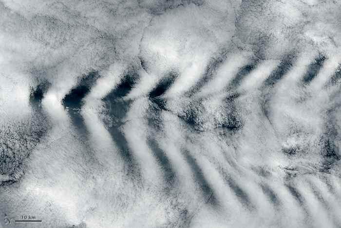 nubes con forma de ola detrás de la isla de Ámsterdam