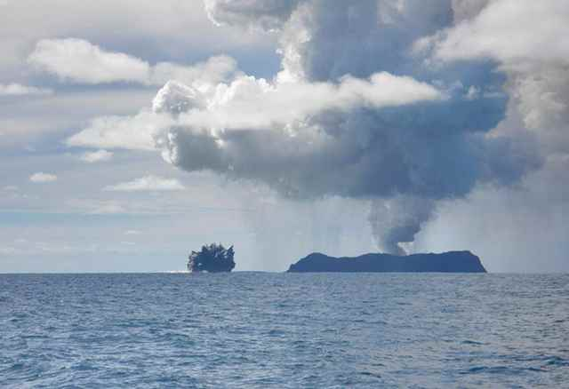 nueva isla por la erupción volcánica en Tonga