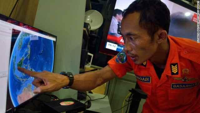 un oficial de rescate de Indonesia