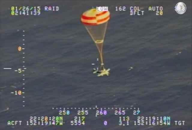 avioneta desciende al mar en paracaídas