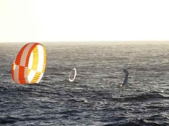 avioneta desciende al mar en paracaídas en Hawái