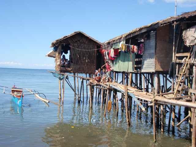 casa bajau en el mar