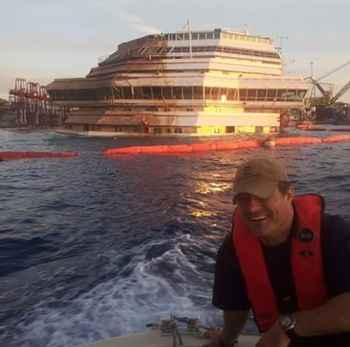 Moises Pires durante el reflotamiento del Costa Concordia