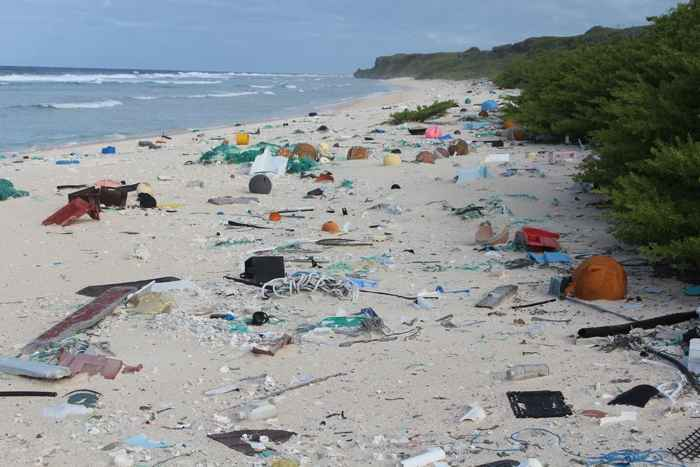 basura en la isla de Henderson