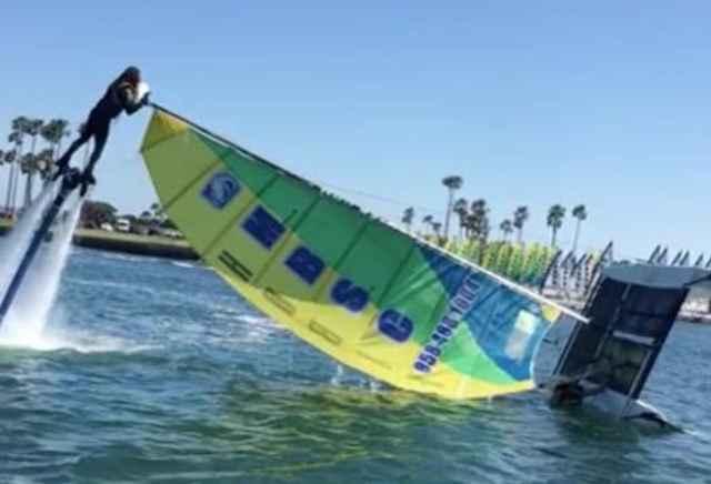 jetboarder levanta un catamarán