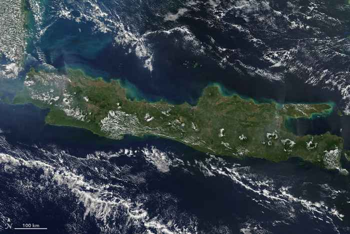 nubes sobre los volcanes en la Isla de Java - Terra