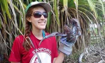 estudiante de Stanford con un cangrejo del coco