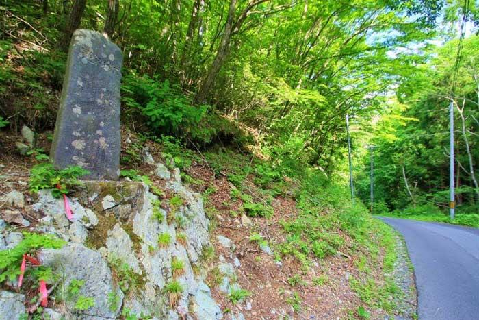 antigua piedra de aviso de tsunami en Aneyoshi, Japón