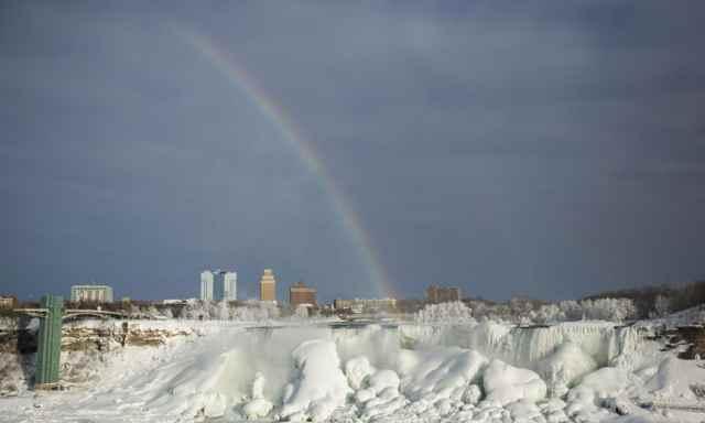 arco iris en las Cataratas del Niágara congeladas