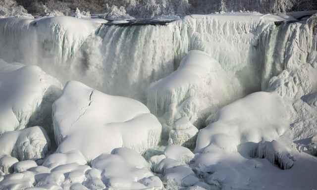 Cataratas del Niágara americanas congeladas parcialmentete