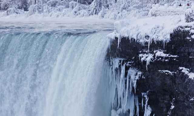 Cataratas del Niágara canadienses congeladas parcialmente