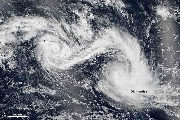Ciclones tropicales gemelos  Diamondra y Eunice vistos desde el satélite Suomi NPP