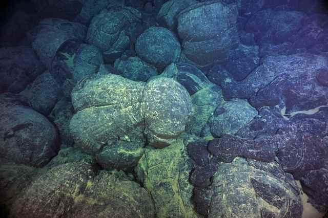 magma petrificado en el fondo marino