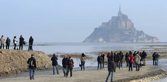 turistas para ver la marea siglo en el Mont Saint Michel