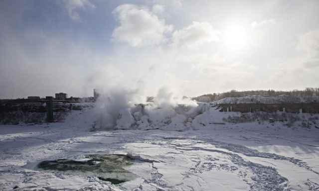 masas hielo en las Cataratas del Niágara congeladas