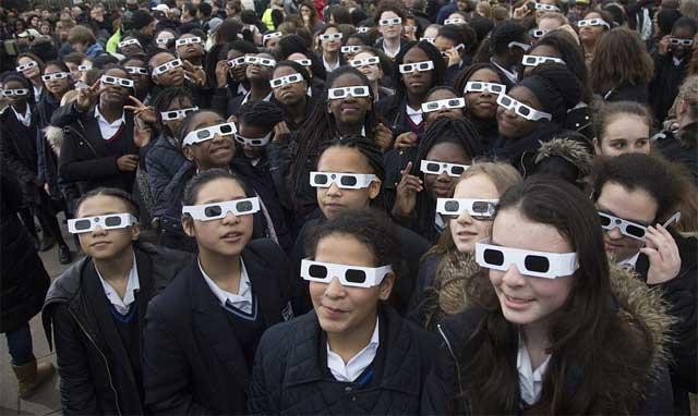niñas observando el eclipse de Sol