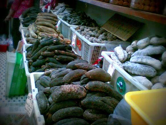 pepinos de mar en un mercado
