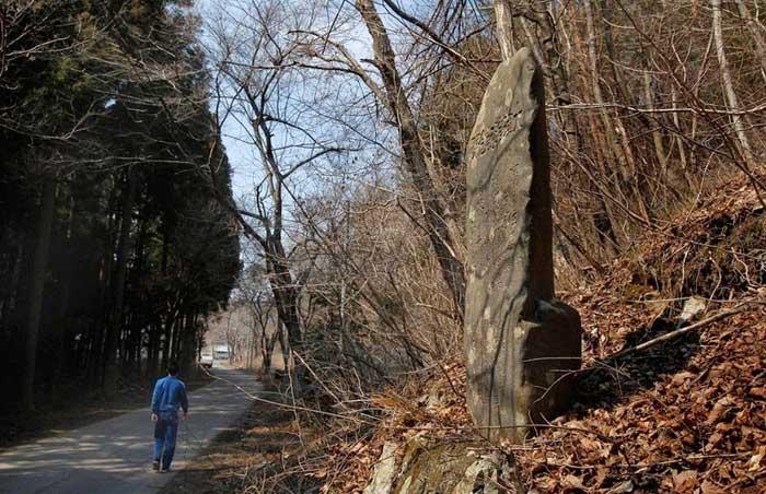 piedra de aviso de tsunami en Aneyoshi, Japón