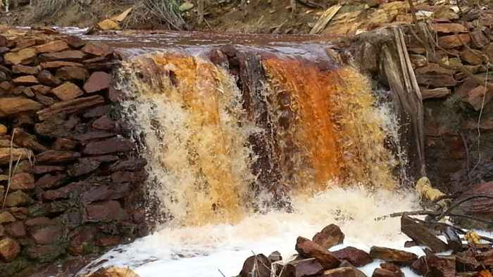 polución en un río de Rapu-Rapu, Filipinas