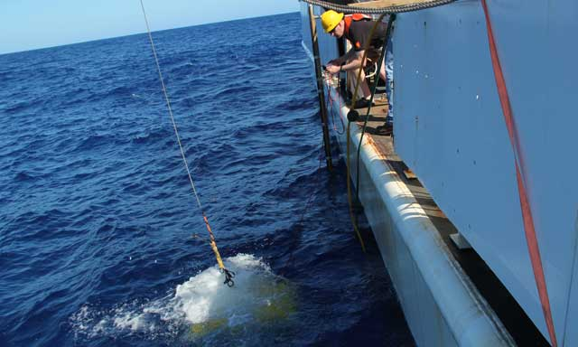 despliegue de un vehículo submarino ROV