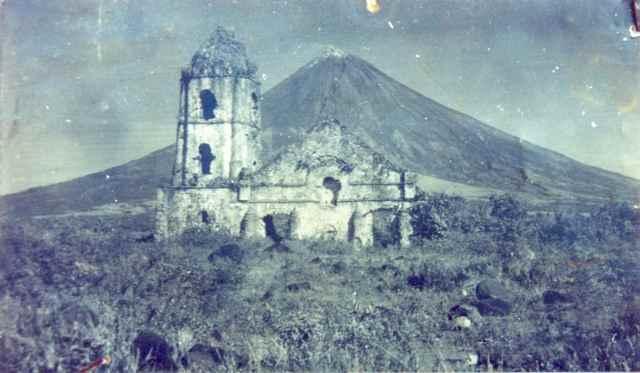 volcán Mayon y la iglesia de Cagsawa tras la erupción de 1814