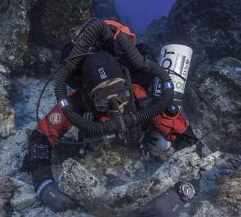 buzo rescata un brazo del naufragio de Anticitera