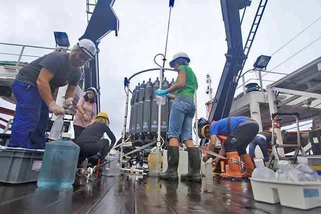 recolección de muestras de agua marina