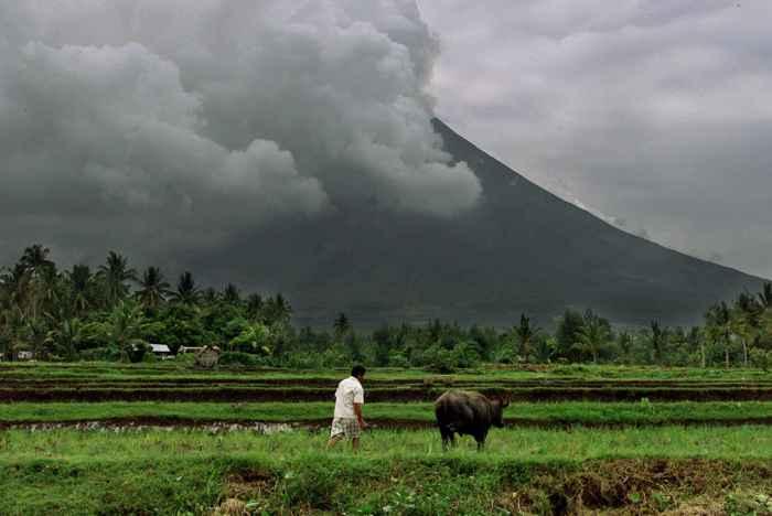 agricultor cerca del volcán Mayon