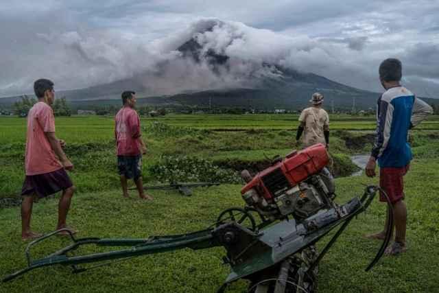 agricultores bajo el volcán Mayon en Filipinas