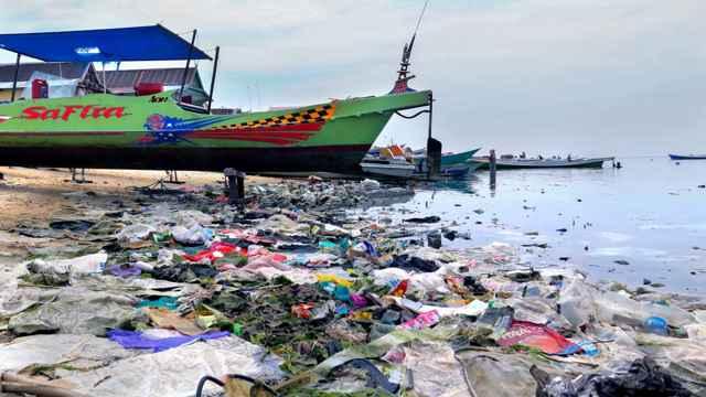 basura plástica en una playa