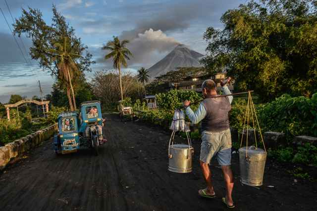 erupción del volcán Mayon en Filipinas durante el día