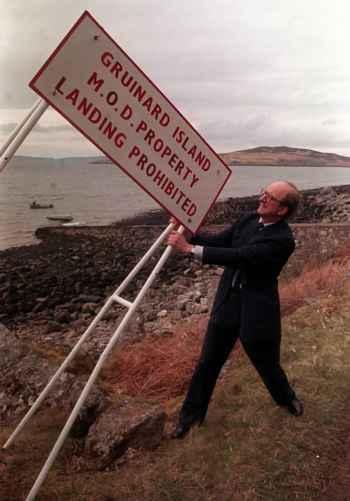 ministro de Defensa retira cartel del ántrax