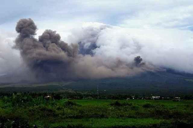 nubes de ceniza en el volcán Mayon, Filipinas