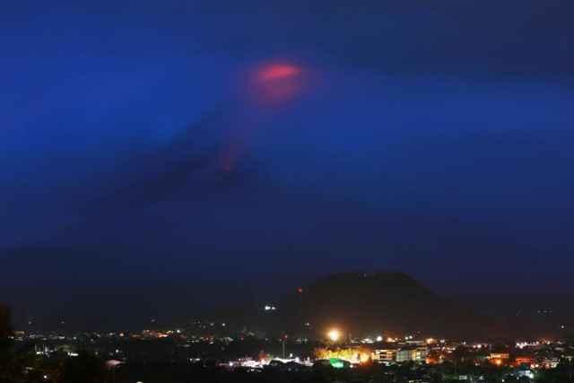 resplandor en la cumbre del volcán Mayon