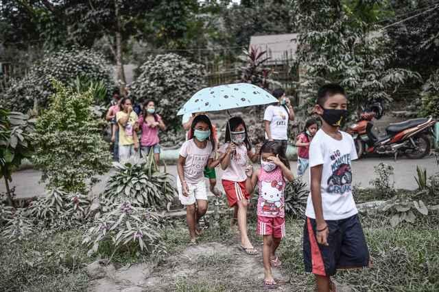 uso de mascarillas contra ceniza en el volcán Mayon
