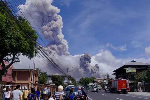 erupción del volcán Mayon desde Camalig
