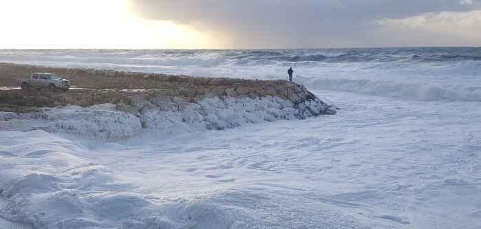 espuma marina en una playa del Líbano