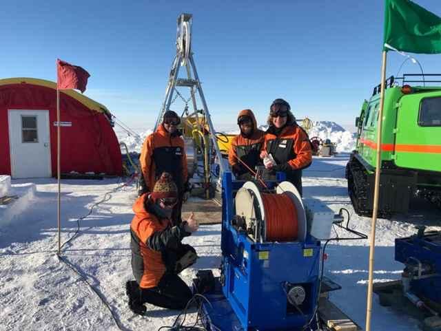 perforando un agujero en el hielo de la Antártida