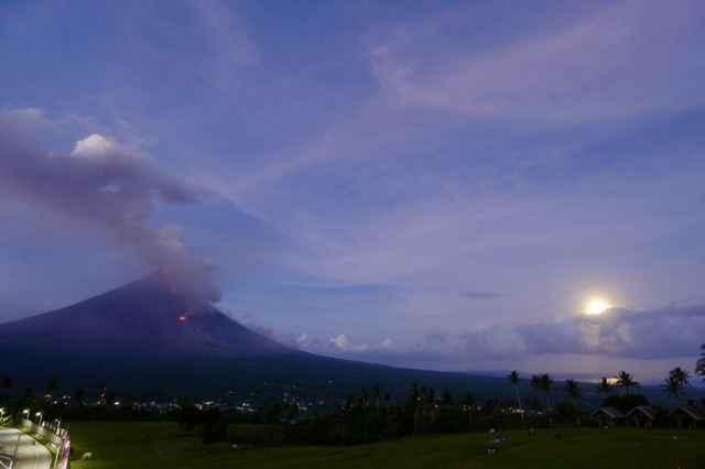 volcán Mayon durante la súper luna azul sangre