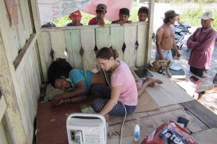 Melissa Ilardo hace una ecografía a un Bajau