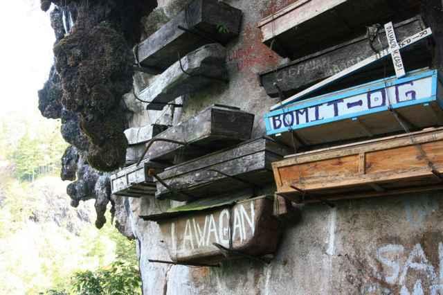 ataúdes en un acantilado de Filipinas
