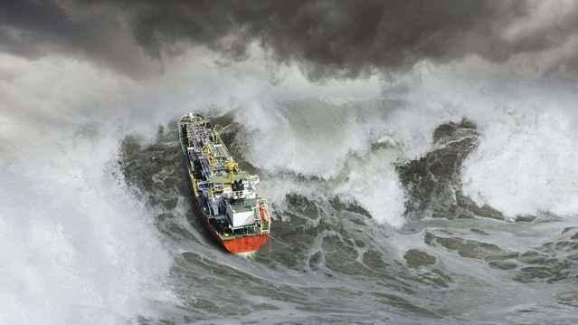 ola inesperada sobre un barco